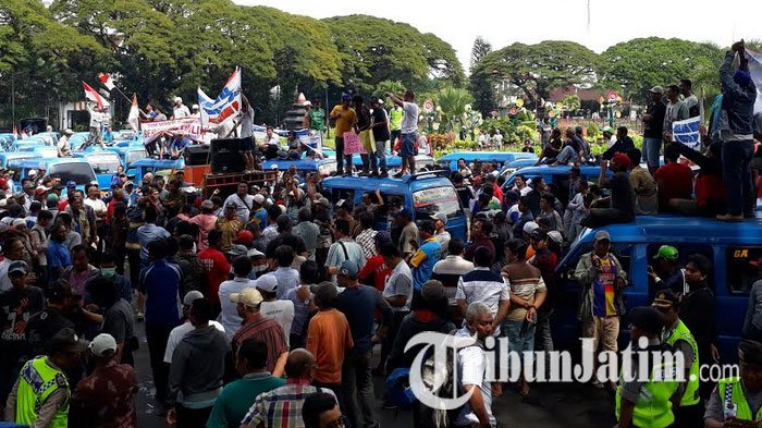 Breaking News: Angkot Kembali Beroperasi, Sopir Gratiskan Tarif untuk Penumpang