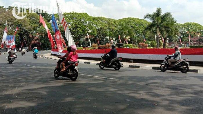 Komunitas Di Kota Malang Bentangkan Bendera Merah Putih Mengelilingi Alun Alun Tugu