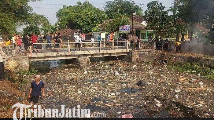 Warga Modopuro Mojokerto Bersihkan Sungai Ledeng dengan Alat Seadanya