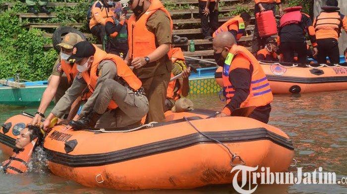Begini Simulasi Tanggap Bencana di Sungai Ngotok Kota Mojokerto