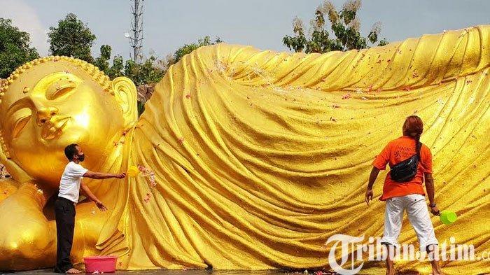 Jelang Waisak, Tradisi Membersihkan Rupang Budda Mahaparinibanna di Trowulan Mojokerto
