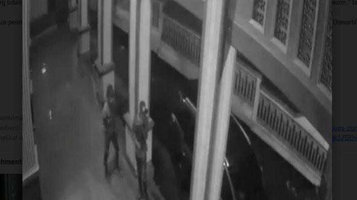 Dua Pemuda Pencuri Kotak Amal di Mojokerto Menggunakan Mobil, Terekam CCTV