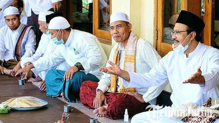 Salat Jumat Bersama Masyarakat, Cawali Pasuruan Gus Ipul Apresiasi Budaya Kumpul - Kumpul
