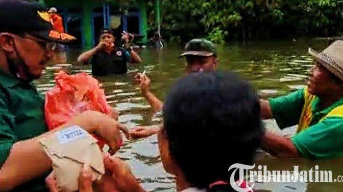 Peduli Banjir, Ketua Dewan Rela 'Berendam' di Tengah Banjir dan Bagikan Bantuan