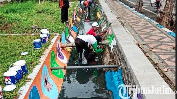 Percantik Wajah Kota Pasuruan, Saluran Air Mulai Dicat