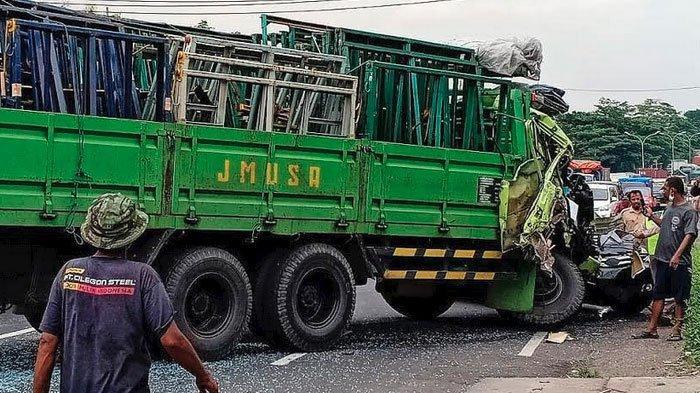 Diduga Rem Blong Truk Sasak Dua Kendaraan, Jalur Surabaya - Malang Lumpuh