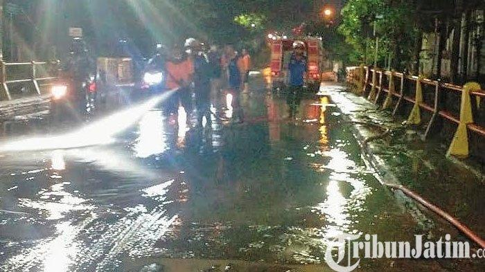 Banjir Melanda Kota Pasuruan, Turunkan Mobil Pemadam Bersihkan Lumpur