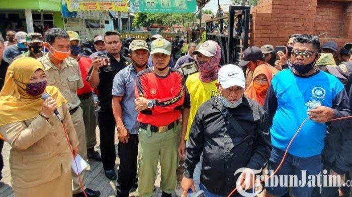 Warga Desa Bulusari Kabupaten Pasuruan Demo Kantor Desa, Ini Tuntutannya