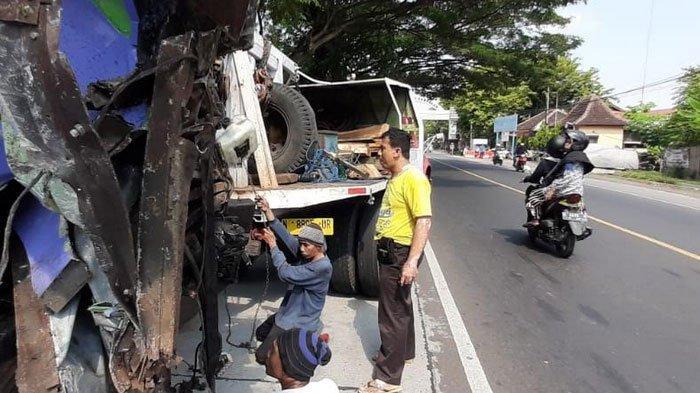 Adu Moncong Truk VS Bus di Paiton Probolinggo, 2 Tewas dan 7 Luka-luka