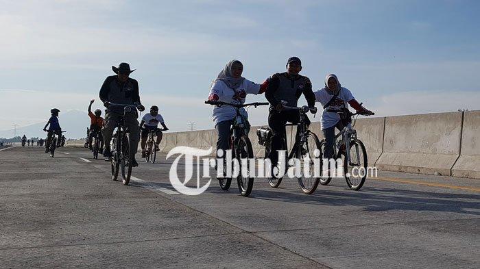 Ratusan Pecinta Sepeda Onthel Mencoba Jalan Tol Paspro