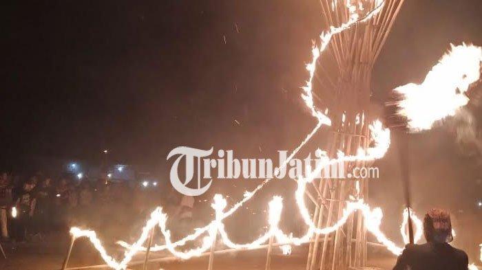 Obor Berukuran Besar Menandai Pergantian Tahun Islam di Sukapura Probolinggo