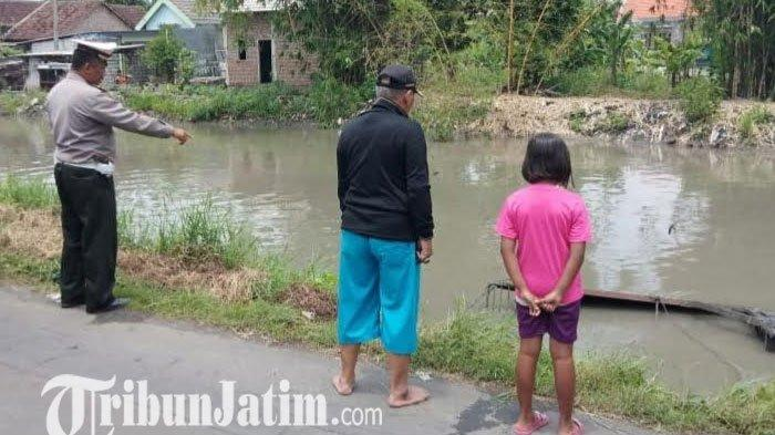 Agus Sulyanto Angkat Telepon Saat Menyetir, Mobil Pikap Tercebur ke Sungai di Desa Ploso Sidoarjo