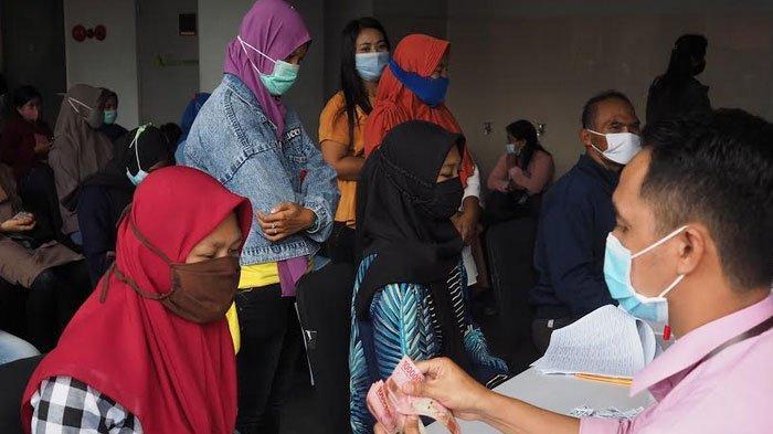 Antre Bantuan, Ratusan Korban PHK Berjubel di Bank Delta Arta Sidoarjo