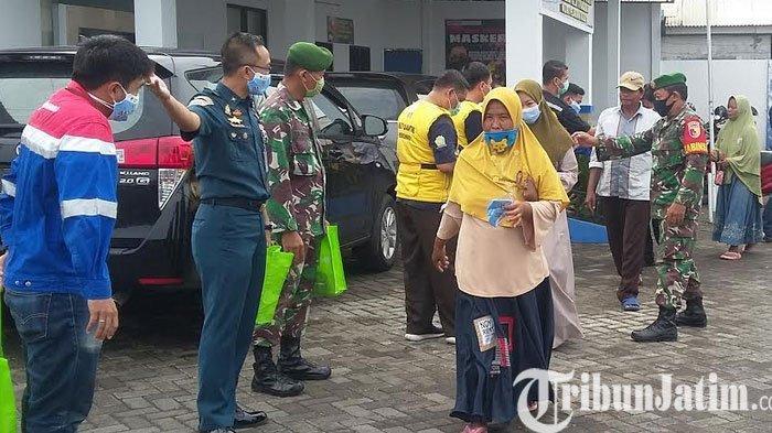 UPP dan Pertamina Kalbut Situbondo Bagikan Masker ke Santri Dan Penumpang Kapal
