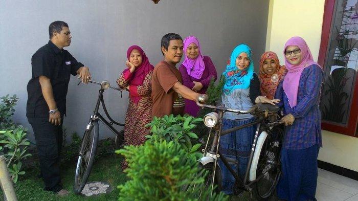 Selain Sosialisasi, Polisi Sukolilo Surabaya Bagikan Ratusan Masker dan Beras