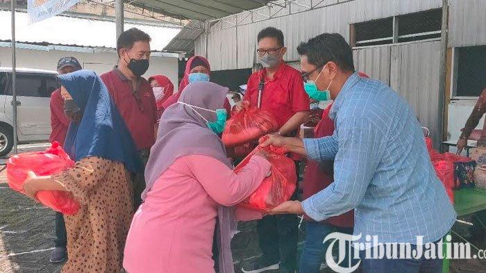 BKM Pakem Sejahtera Kota Surabaya Bagikan Sembako Buat Warga