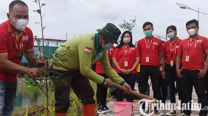Peringati Hari Bumi, Alfamart Gelar Tanam 100 Bibit Pohon di Area Greenbelt TPA Benowo dan GBT