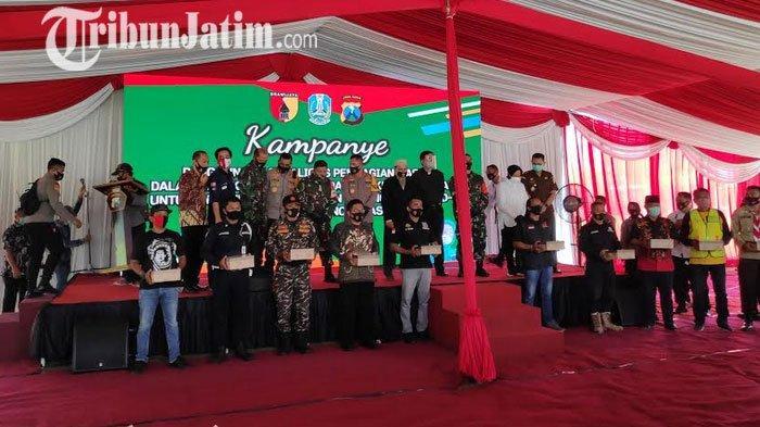 Kampanye Penerapan Adaptasi Kebiasaan Baru, Kapolda Dan Wali Kota Surabaya Bagikan Masker
