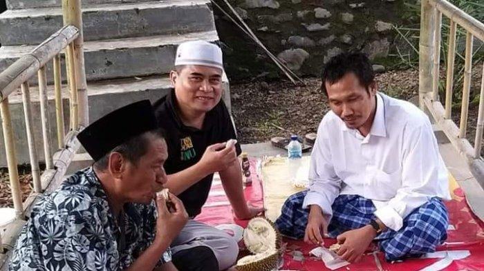 Gus Baha Kunjungi Jember Nikmati Durian Di Pinggir Jalan