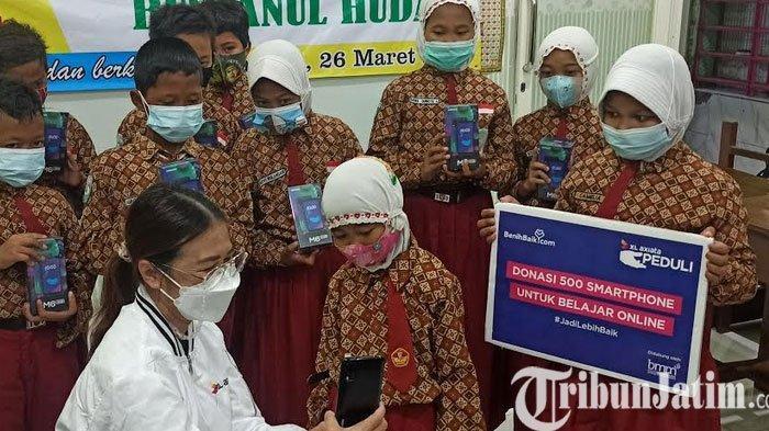 XL Axiata Serahkan Donasi Smartphone dan Paket Data Untuk Pelajar Tidak Mampu