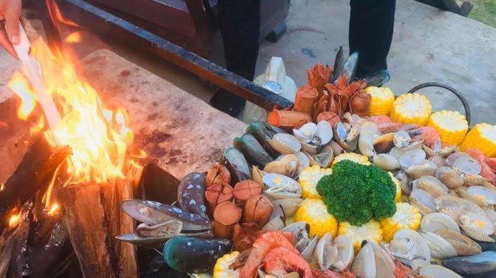 De Kleine Batu, Menyantap Seafood Barbeque di Kaki Gunung Panderman
