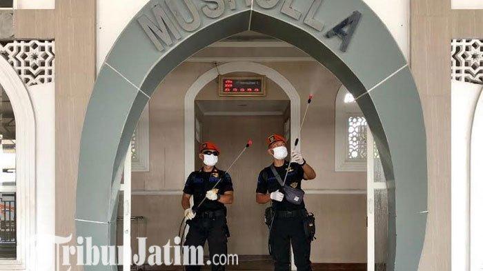 Lawan Covid-19, Tim KAI Daop 8 Surabaya Semprot Masjid dan Musola Sekitar Stasiun Gubeng