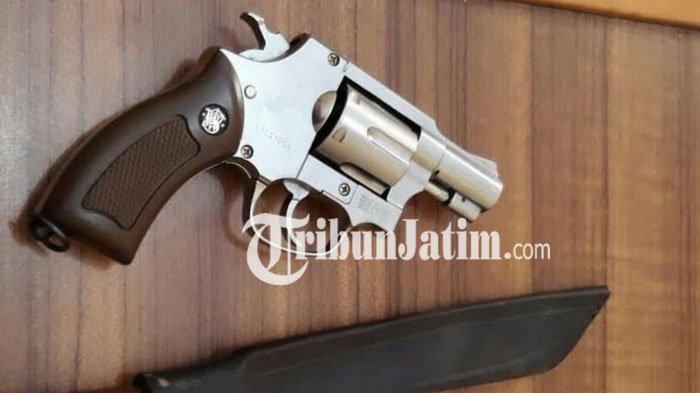 Pistol palsu alias Airsoftgun yang dipakai pelaku perampokan untuk menakuti korbannya.