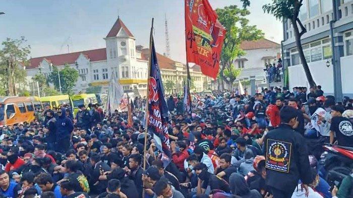 BREAKING NEWS - Rekannya Tewas Dikeroyok, Ratusan Pesilat Pagar Nusa Demo Polrestabes Surabaya