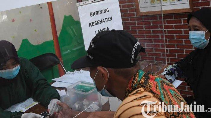 Vaksinasi Gelombang Kedua, Lansia Surabaya Antusias Datangi Puskesmas