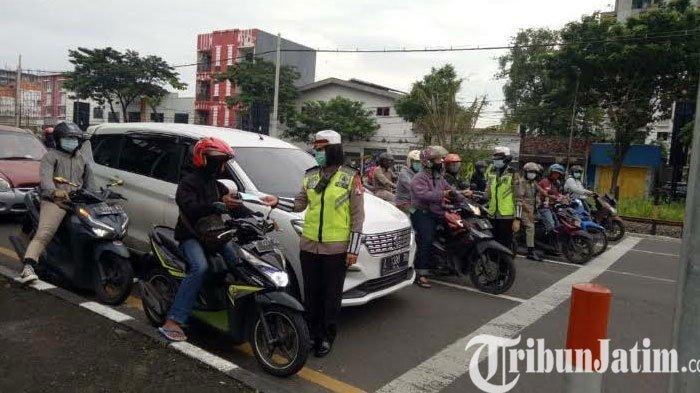 Polwan Surabaya Keliling Tiap Hari, Bagi Masker dan Sosialisasikan 3M