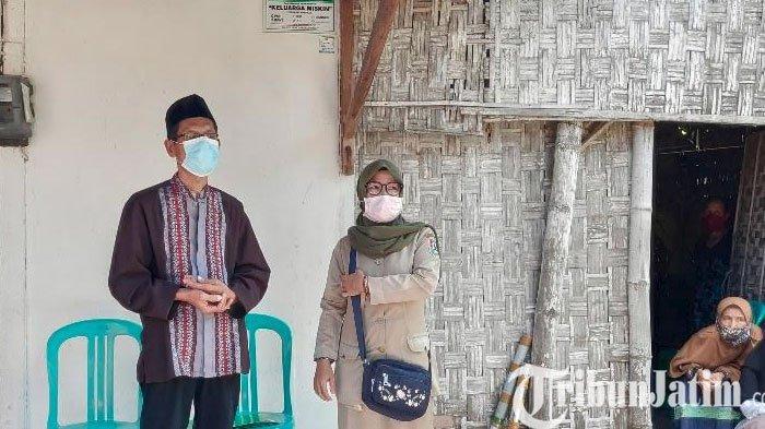 Ayah Raditaka Mardyansah, Margiyono (56) didampingi perangkat desa setempat, di rumah duka.