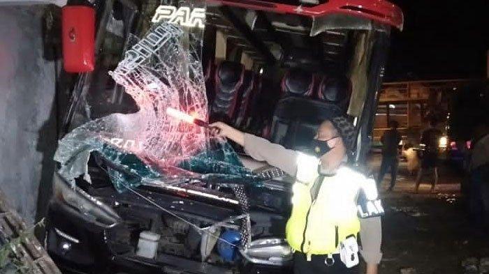 Bus pariwisata berpenumpang 36 siswa MI Turi Lamongan kecelakaan dengan truk trailer di KM 26-27 Desa Sobontoro, Kecamatan Tambakboyo, Sabtu (29/5/2021), malam.
