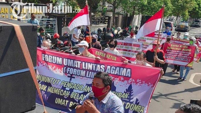 Tak Puas Atas Putusan Sela, Puluhan Umat TITD Kwan Sing Bio Demo Pengadilan Negeri Tuban