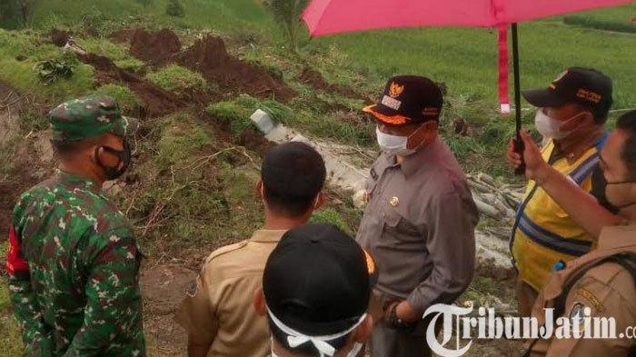 Bupati Tulungagung Mengupayakan Solusi Jalan Desa Krosok Yang Putus Karena  Longsor