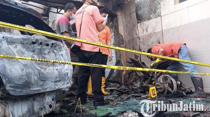 BREAKING NEWS - Rumah Pejabat Dinkes Tulungagung Diduga Sengaja Dibakar Orang, Dua Mobil Ludes