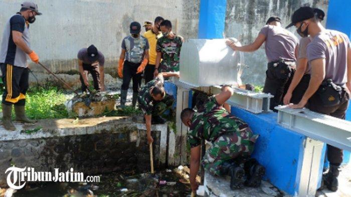 Peringati Hari Peduli Sampah Nasional, Polisi-TNI Lumajang Bersihkan Sungai Jalan Jendral Ahmad Yani