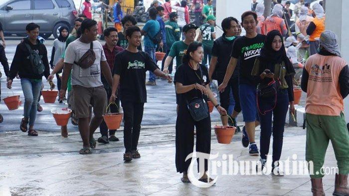 Bonek Kerja Bakti di Stadion GBT Surabaya, Ikut Mengecat Pembatas Jalan hingga Bersihkan Sampah