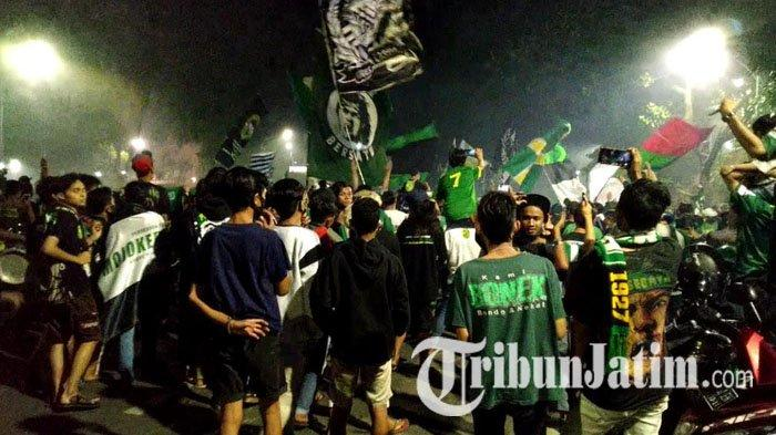 Rayakan Hari Ulang Tahun Persebaya ke-93, Ribuan Bonek Padati Halaman Stadion Gelora 10 November