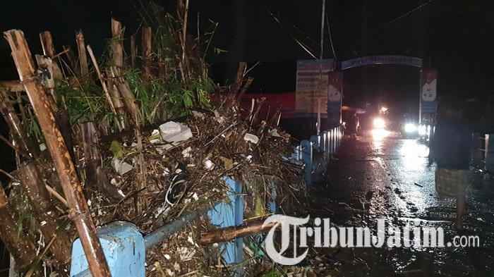 Bongkahan Bambu Tersangkut di Jembatan Pasuruan, Air Meluber ke Jalan, Lalu Lintas Sempat Tersendat