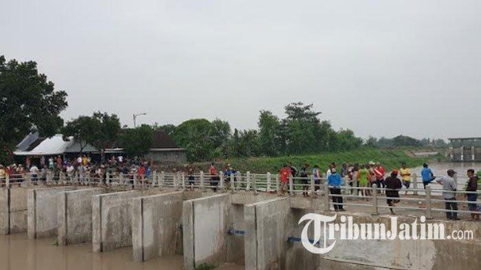 Banjir Tak Kunjung Surut, Warga Bongkar Paksa Besi Penyaringan Sampah di Dam Sipon Mojokerto