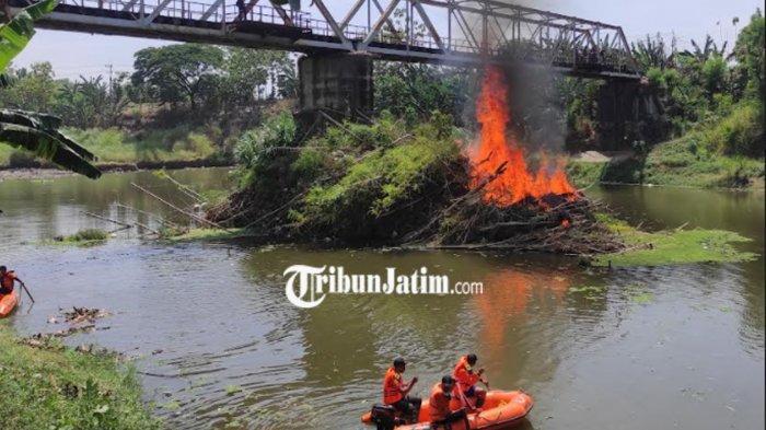 Menumpuk Puluhan Tahun, Sampah di Bawah Jembatan Sambirejo Madiun Dibakar BPBD
