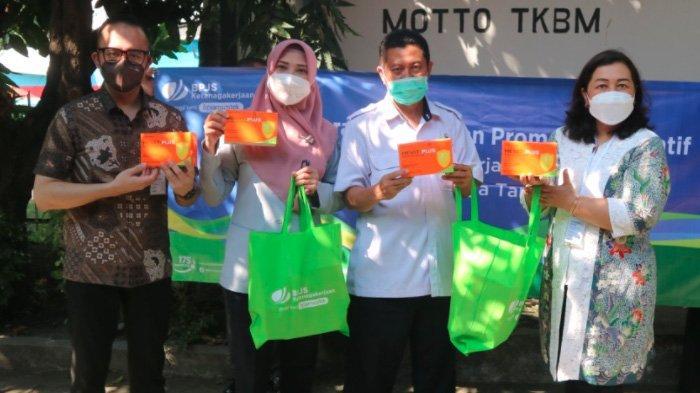 Cegah Covid-19, BPJAMSOSTEK Cabang Surabaya Tanjung Perak Bagikan Multivitamin kepada Pekerja
