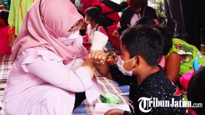 Trauma Healing Anak-anak Korban Longsor, Bunda Paud Kabupaten Nganjuk Bawakan Boneka 'Menik Menuk'
