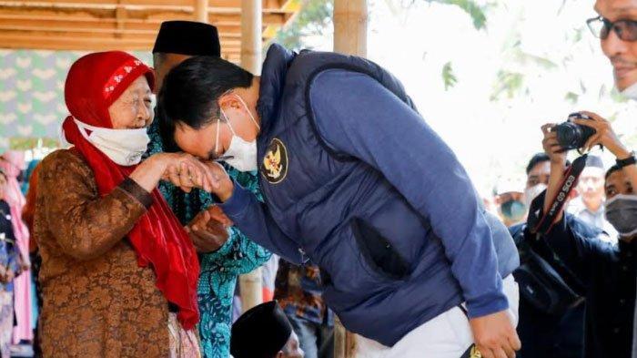 Kades Bungbaruh Pamekasan Menangis Lihat Warganya Dapat Bantuan Bedah Rumah dari Bupati