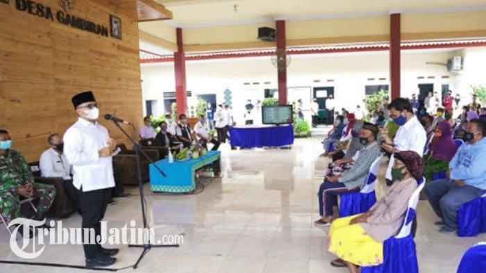 Bansos Tunai Dibagikan, Bupati Banyuwangi Anas Sampaikan Pesan Jokowi dan Risma