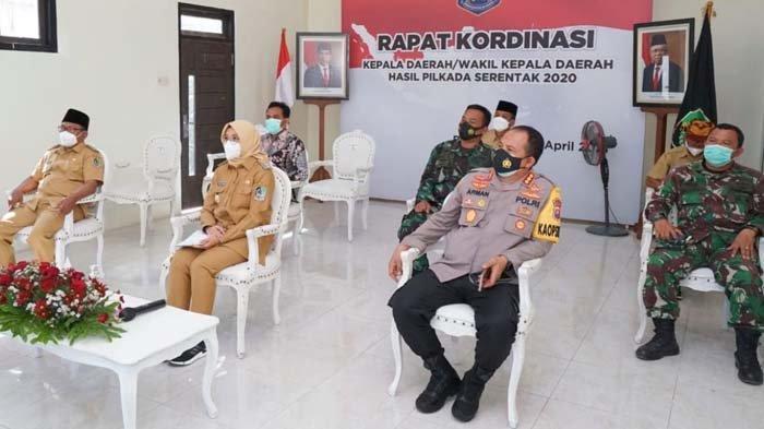 Ikuti Arahan Jokowi dari Balai Desa, Bupati Banyuwangi Fokus Penanganan Pandemi & Pemulihan Ekonomi