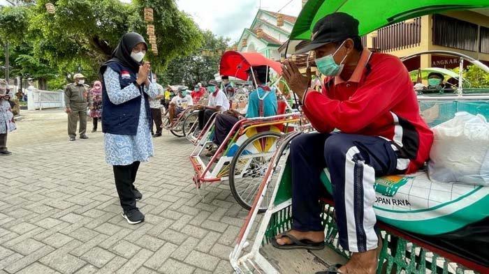 PPKM Darurat di Banyuwangi, Ipuk Bagikan Ribuan Paket Sembako ke Karyawan, PKL dan Pengemudi Becak