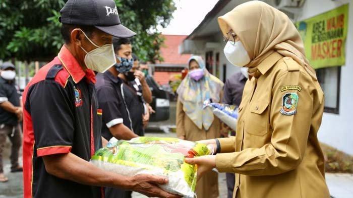 Pemkab Banyuwangi Salurkan Bantuan Sembako untuk Tukang Pijat di Kapal Penyeberangan