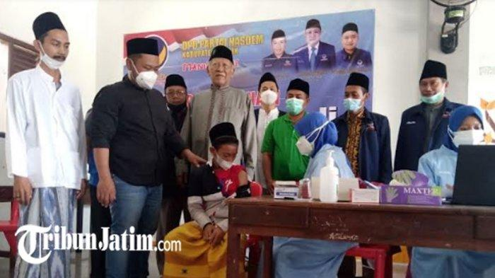 Bersama Kiai, Bupati Gresik Tinjau Vaksinasi Covid-19 Partai NasDem di Pondok Pesantren