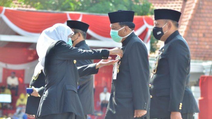 Pimpinan DPRD Jatim, Sekdaprov hingga Bupati Gresik Raih Jer Basuki Mawa Beya dari Gubernur Khofifah